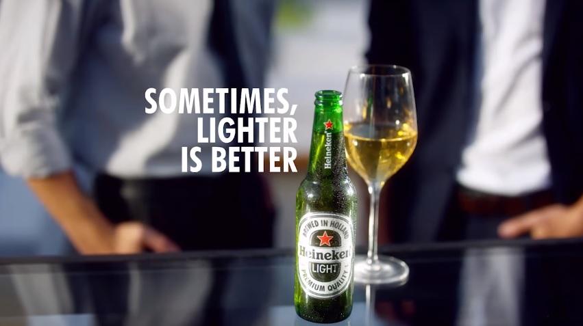 """""""Sometimes, Lighter Is Better"""" era a frase da campanha da Heineken, acusada de racismo (Reprodução)"""