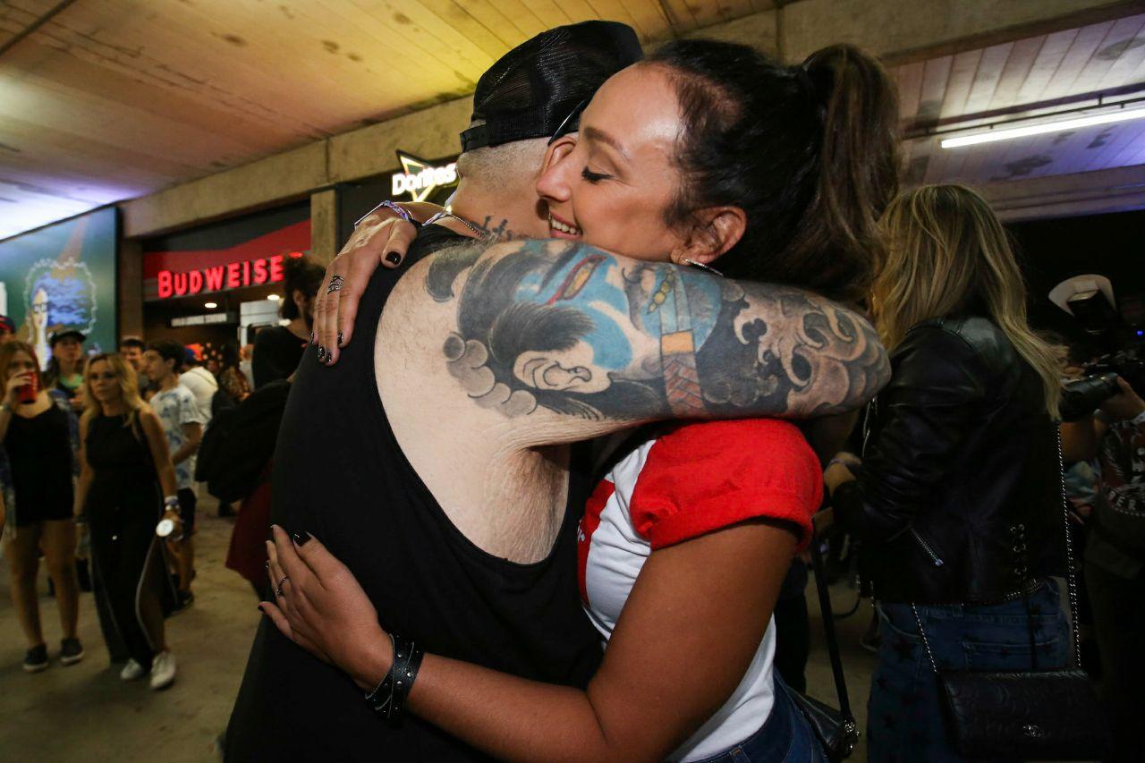 João Gordo abraça Sabrina Parlatore durante primeira noite do Lollapalooza (Carlos Erbs/Divulgação)