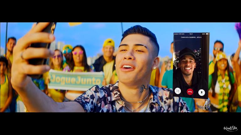 """907f13018f MC Kevinho fala com Gabriel Jesus pelo celular durante clipe """"PaPum""""  (Reprodução)"""