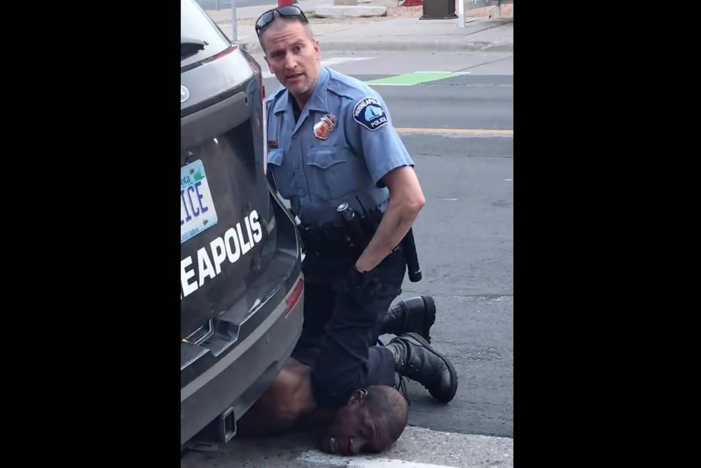 Policial sufoca George Floyd ao prendê-lo em Minneapolis (Minnesota) - Darnella Frazier no Facebook, via AFP