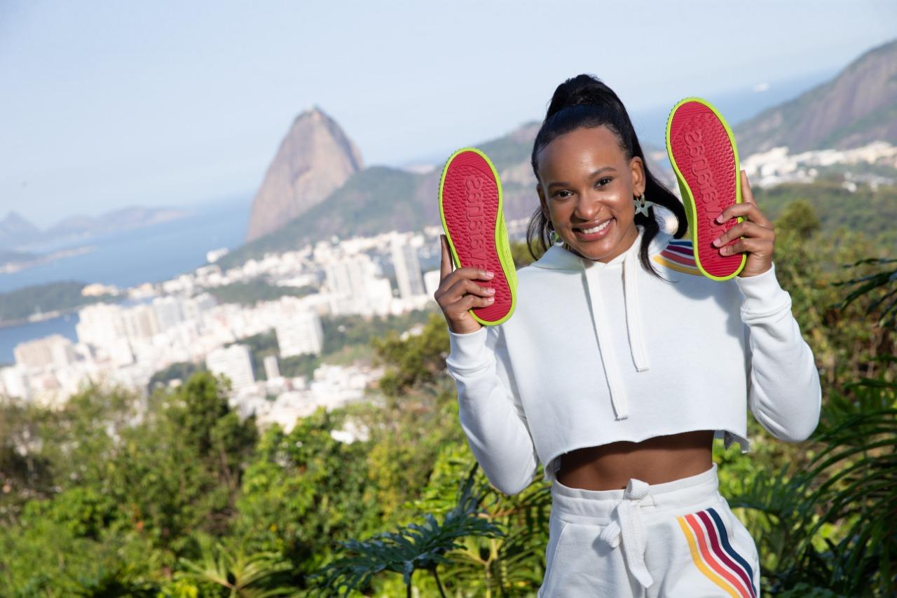 Ginasta Rebeca Andrade posa com tênis da Havaianas (Divulgação)