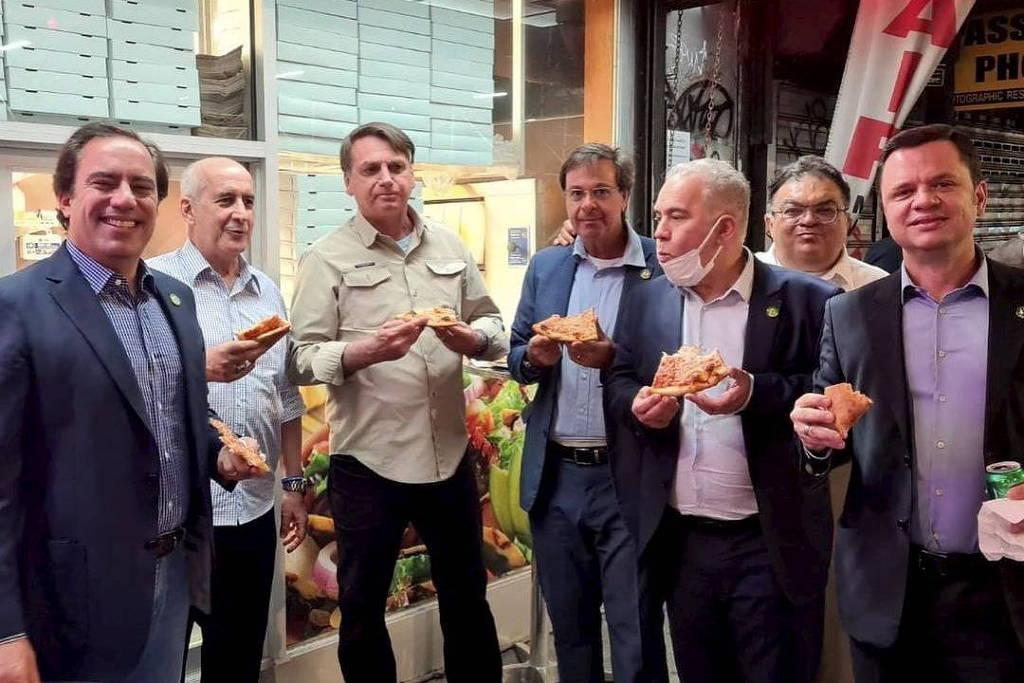 Bolsonaro come pizza com comitiva durante viagem à Nova York, onde participa da Assembleia Geral da ONU - @gilsonmachadoneto no Instagram